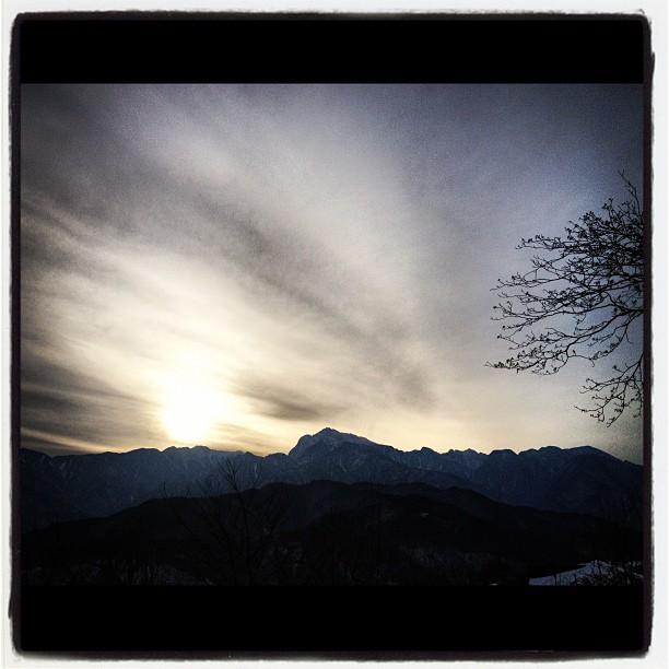 sun declinesもうすぐ日が傾きはじめ 山がシルエットに浮かびあがりました(^^)