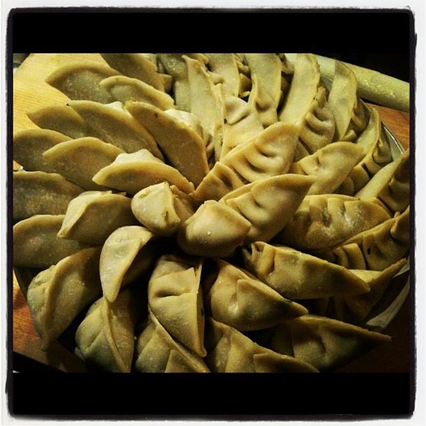 dumpling・jiao-zi焼き餃子も好きですが 水餃子もいい(^^)市販の皮でもいいが やはり手作りは美味しい(^^)ちょと手間はかかるが 食べた時の美味しさと 満足感にはかえられないモノがある。