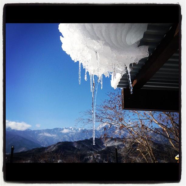 icicle2.30センチの積雪。雪は楽しい(^^) 近くの坂道では 滑ったり ぶつかったり…