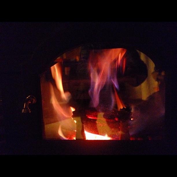 light a stove寒い朝です。…見ためが…気温はたいしてさがってないないのですがね。真っ白な雪は 寒さを 赤々と燃える暖炉の火は その揺らめきを眺めているだけで暖かい(^^)