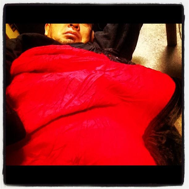 crawl into one's sleeping bag(- -)zzzたまには寝袋を詰め直そうと…潜り込むと 暖かいので出にくくなる(^^) ダウンを使った超高級スリーピングバッグは 一度入ると春まで出たくなくなる…zzz