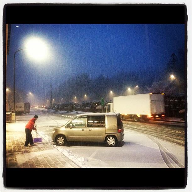 中央道は雪です^^チェーン規制、速度規制。これから 笹子トンネル(^^)