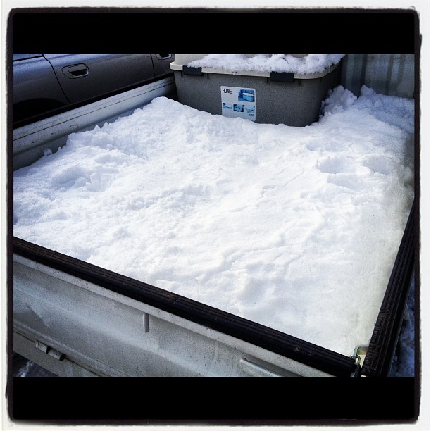 pool軽トラの荷台は 新雪のプールに(^^)