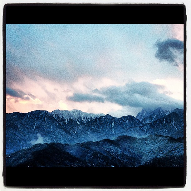 snowcapped mountain夕方には雪は降り止み すこしだけ夕陽で空がそまった(^^)