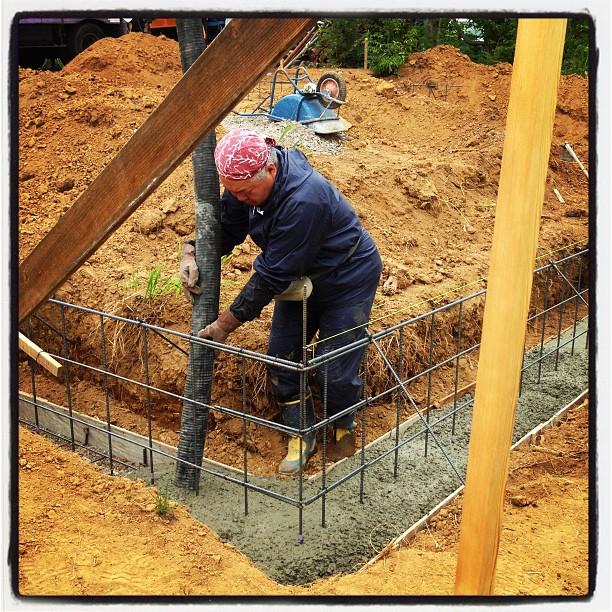 foundation constructionミキサー車も到着して 流し込み作業の開始です(^^)