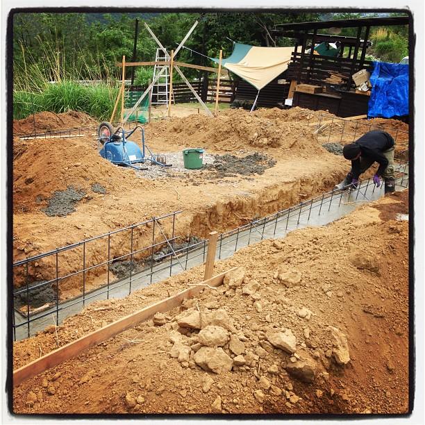 foundation construction流し込みが終わり 表面をコテで押さえて 本日の作業は終了です(^^)