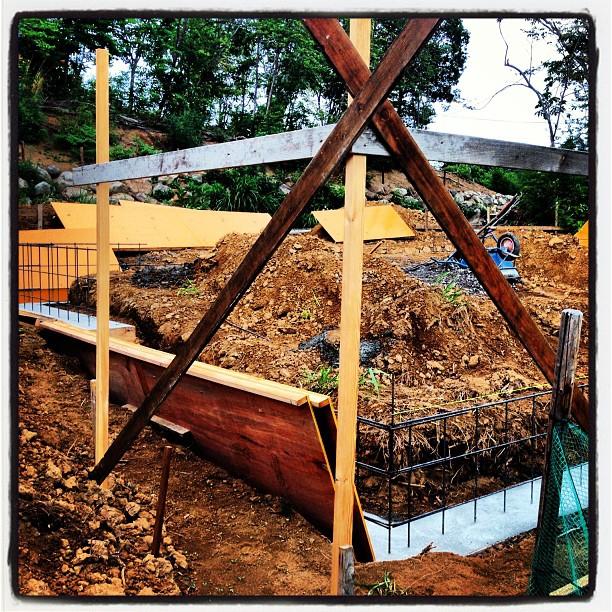 foundation construction 枠組みが仮置きされました(^^)