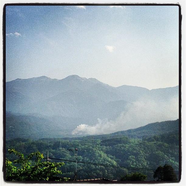 smoke from firebaseの向かいの山で 火災発生中と防災無線から流れている。それほど大ごとにはならなかったようだ^^;