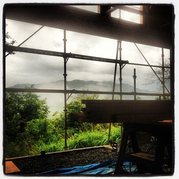 be building 今日は一日雨でした(^^) 南側の開口部から眺める景色は たとえ雨景色でもいいものでした(^^) 開口部をどうするかな…