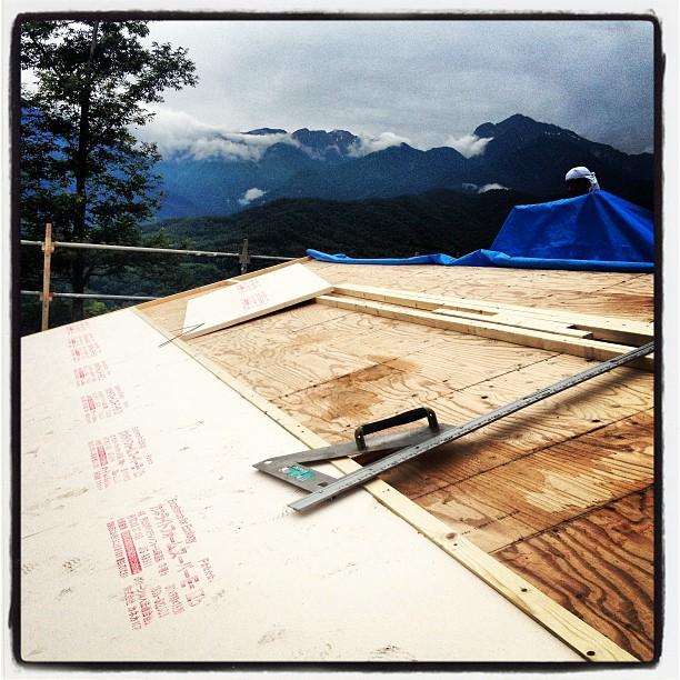 be building 屋根の作業が進んでいます^^外断熱用の材料が貼られ その上から再び野地が貼られていきます(^^) 雨雲とにらめっこです。