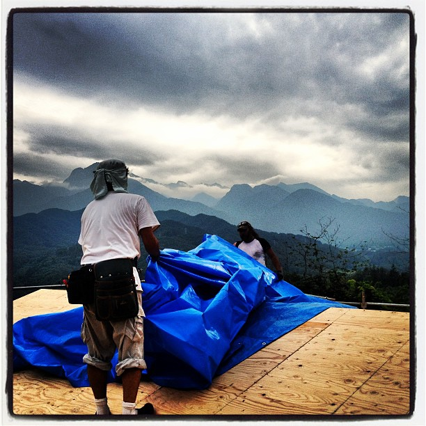 be building 屋根の野地板を貼り終え 明日は雨の予報なので養生して本日の作業は終了(^^)