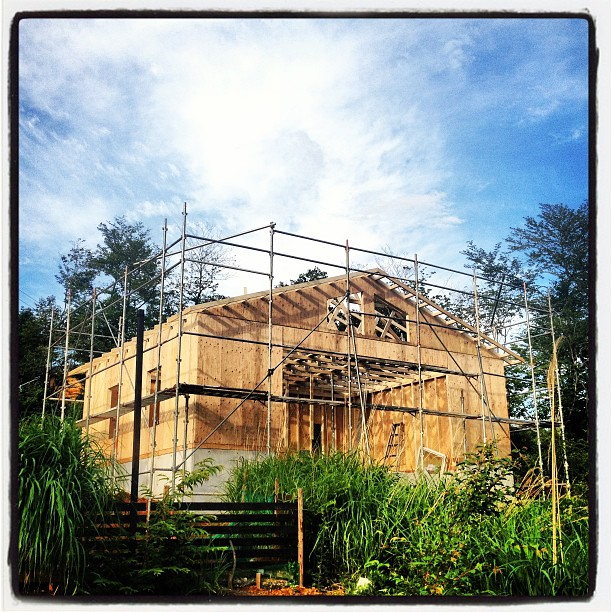 be building 大きな部材が組みあがり 何となく建物の外観が浮かび上がってきました(^^)