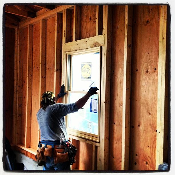 be building 窓 設置。木製のペアガラス、上げ下げ式、網戸付き(^^)