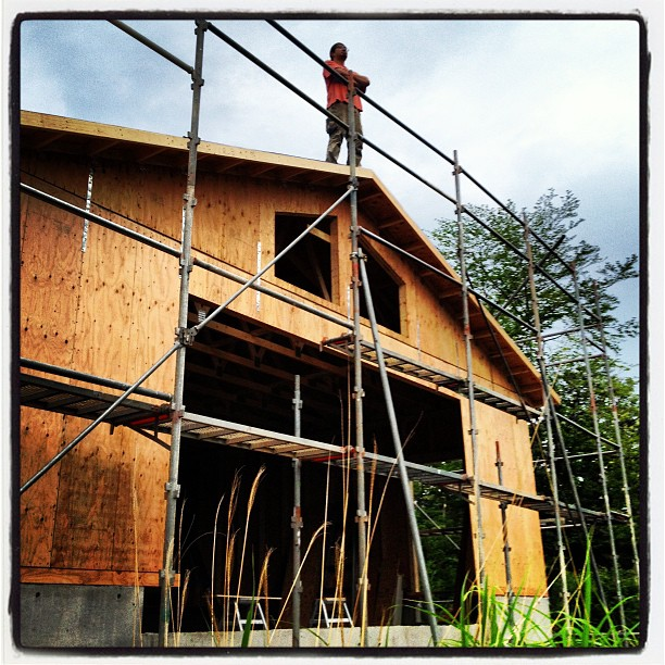 be building nagasaka*base 屋根部分の野地板を貼り終え 最初の建物の外観が出来上がってきつつあります(^^) てっぺんからの眺めは最高です(^^)
