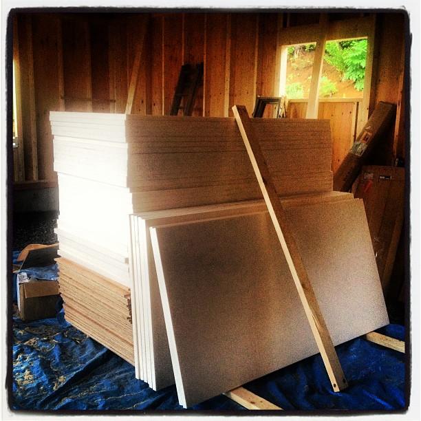 be building 屋根用の外断熱材やパネル板も納品されました(^^)