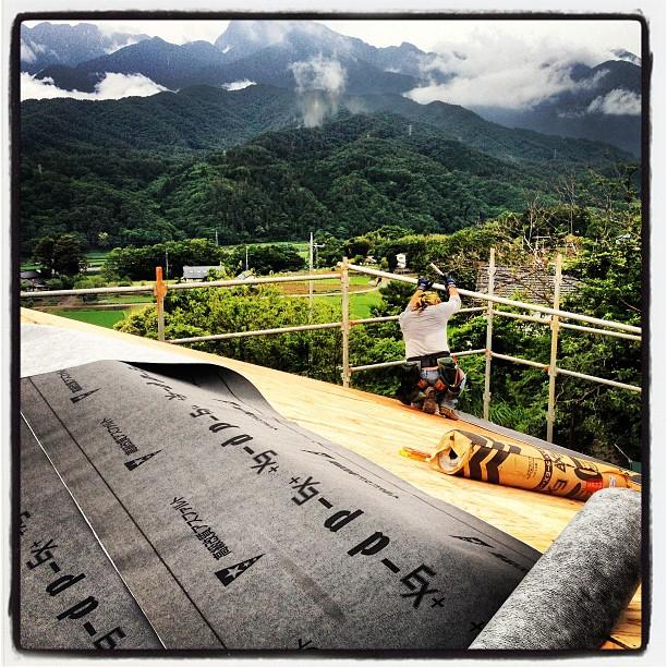 be building 野地板の上に アスファルトシングル(防水シート)を貼っています(^^)これが貼れたら とりあえずの雨は一安心。次は屋根材!