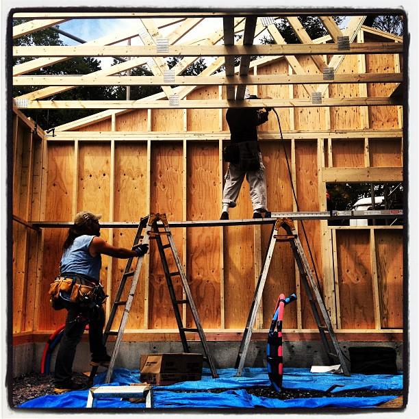 be building 躯体。屋根を支える梁の構造材も組み上がって いい感じに(^^)