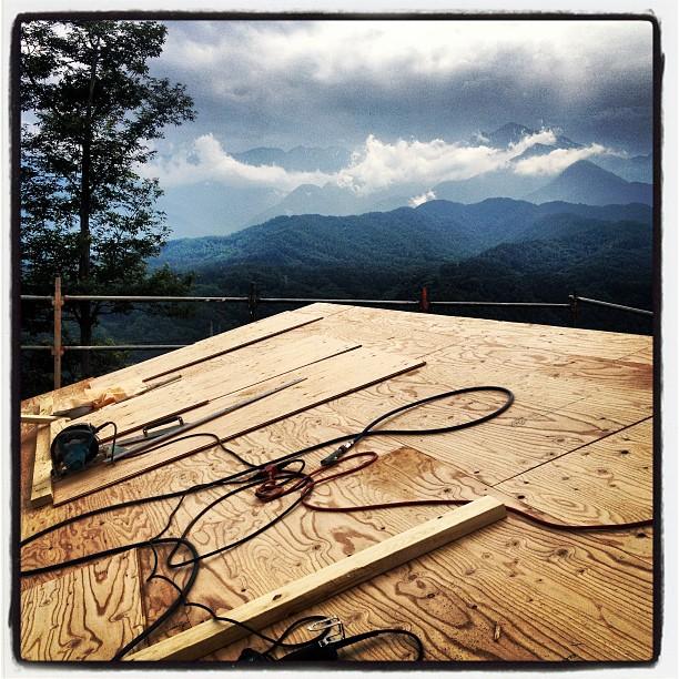 be building 貼り終えた屋根の上。雨が上がったら この上に外断熱を施してから 屋根材を貼っていく(^^)