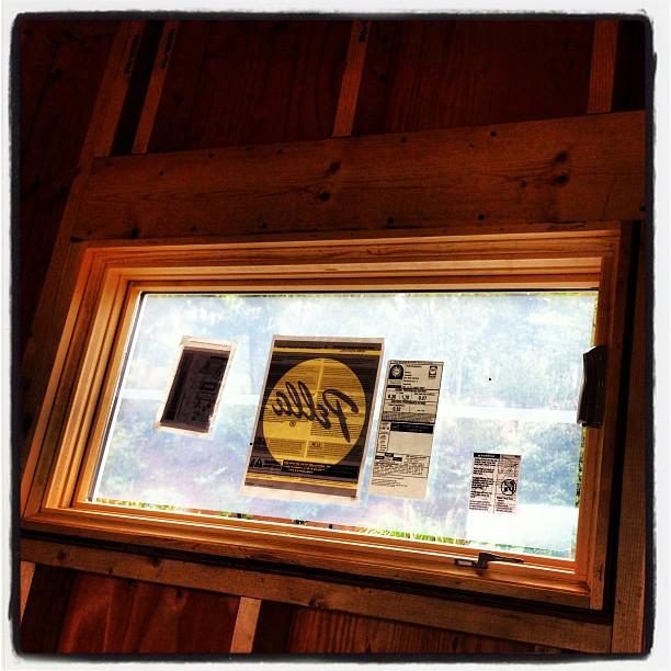 be building 北側の窓。こちらは巻き上げ式の外開き(^^)