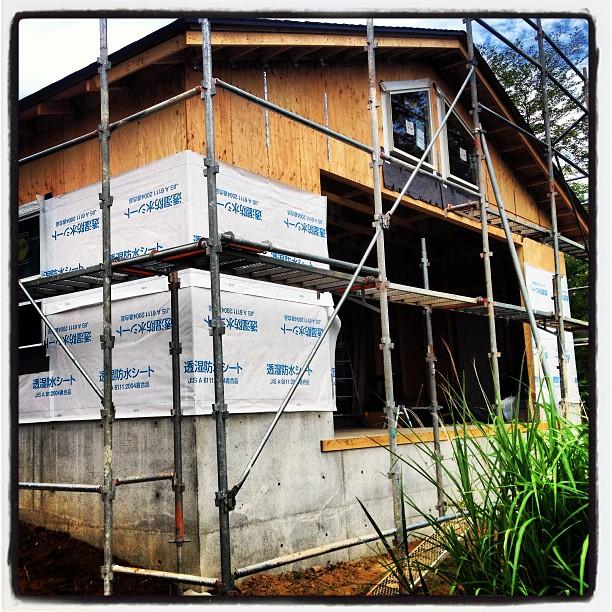 tarpaulin 外壁工事進行中。サイディングを貼るまえに 透湿防水シートを全面に貼っています(^^)暑さと 大きな音のするタッカーとに 負けそうです^^;
