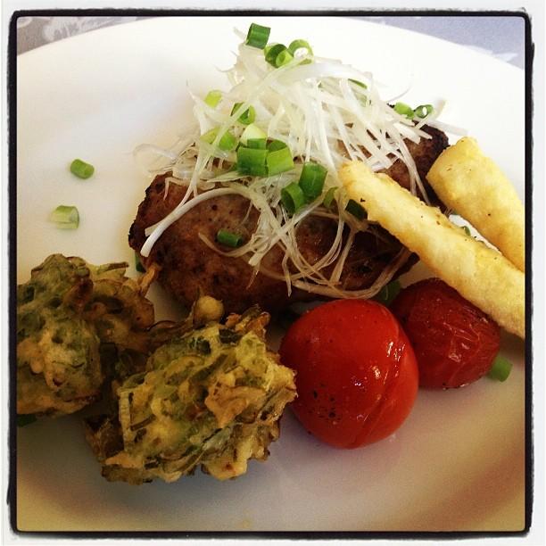 kobu dining また食べに来ました こぶダイニング(^^) ハンバーグはもちろん美味しいのですが 付け合せも秀逸!ヤングコーン、ネギのフリッターとベイクドトマト(^^) カツカレーも美味しそう(^^)