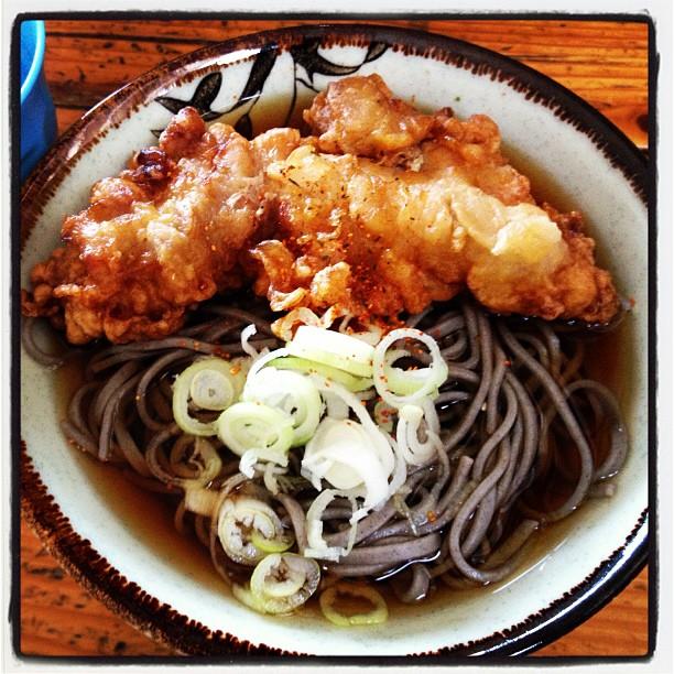 sanzoku soba 蕎麦の上のトッピングが鶏の唐揚げ(^^) この地域だけだろう定番。¥380で コスパ最高(^^)