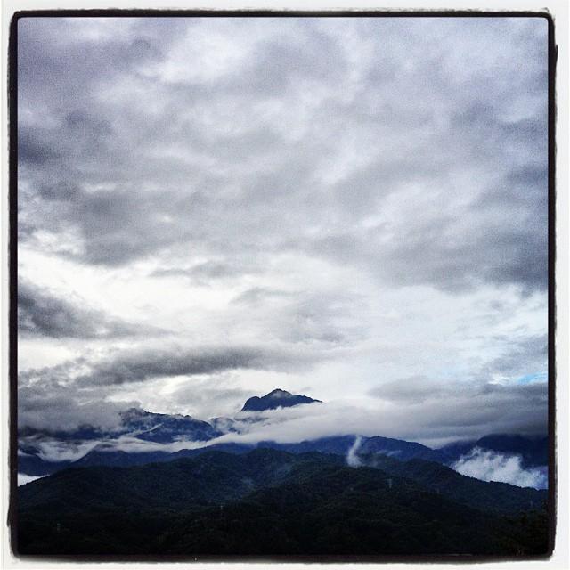 good mo! 下り坂で 曇空の朝です(^^)甲斐駒ケ岳の山頂が ほんの少しだけ顔を覗かせています(^^)