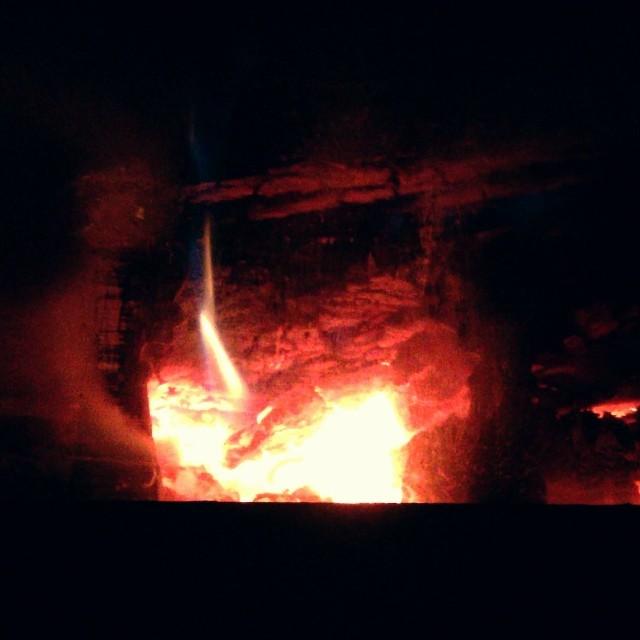 stoveストーブに火が入ったので暖かい(^^)見ているだけでも暖かい。