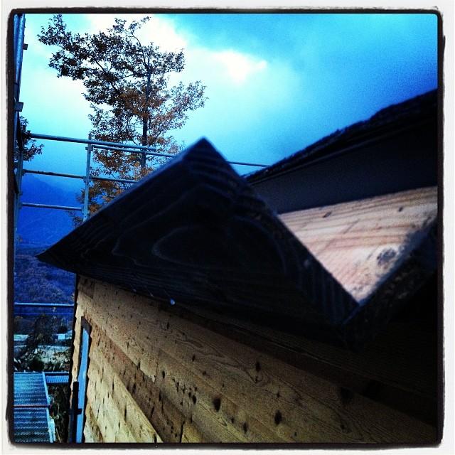 gutter 雨樋の設置中(^^)杉材を組み合わせ 外側はダークオークカラーで塗装。内側はウレタン防水(^^) まだコーキング処理まで終わってないので つなぎ目から 少し水漏れする(^^;; …雨 降ってきた…