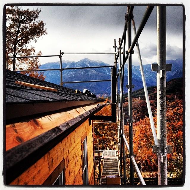 eaves trough 反対側の雨樋も設置(^^)曇空で風邪が冷たい(^^;;
