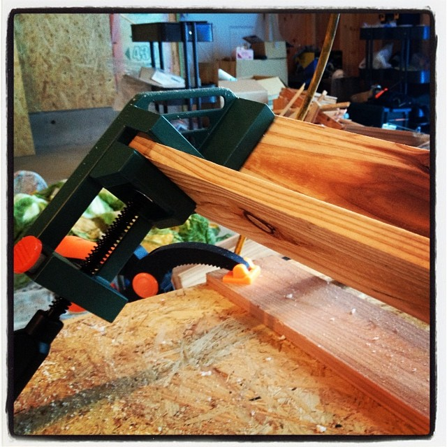 gutter 杉板を使って 雨樋(あまどい)を作っている(^^)文明の力を使うと板を組むのも簡単で 作業効率が上がは 楽だは(^^)