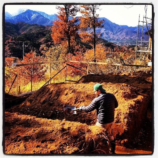 nagasaka*base 山梨県•北杜市長坂に 勝手に名づけたnagasaka*baseはあります(^ ^)正確には 出来つつあります。2年前に 文字通り 四方を道路で囲まれた陸の孤島のこの小さな土地を手にいれた。たまに訪れては ファイアベースや花壇や畑、薪棚などを作って楽しんでいた(^ ^) 2013年に入り 最初の建物として 小屋として 近い将来の店舗としての建物の建設を始めた。プロの力を借り 基礎をうってもらい 躯体を建て その後はコツコツともくもくと外壁を貼り 秋も大分寒くなった頃 やっと貼り終えました。まだ内装も始めたばかり。南側のでかい開口部は 試行錯誤の結果 未だ手付かずだ^^;それでも何とか少しづつは進んでいる事を実感。我ながら完成が楽しみでしょうがない^^ そして今 また新たな楽しみが…セルフビルドをしているその隣。ひたすらに大きく深い穴を掘りました!第1期工事の終了が待ちきれず nagasaka*baseは第2期工事の開始です(^ ^)
