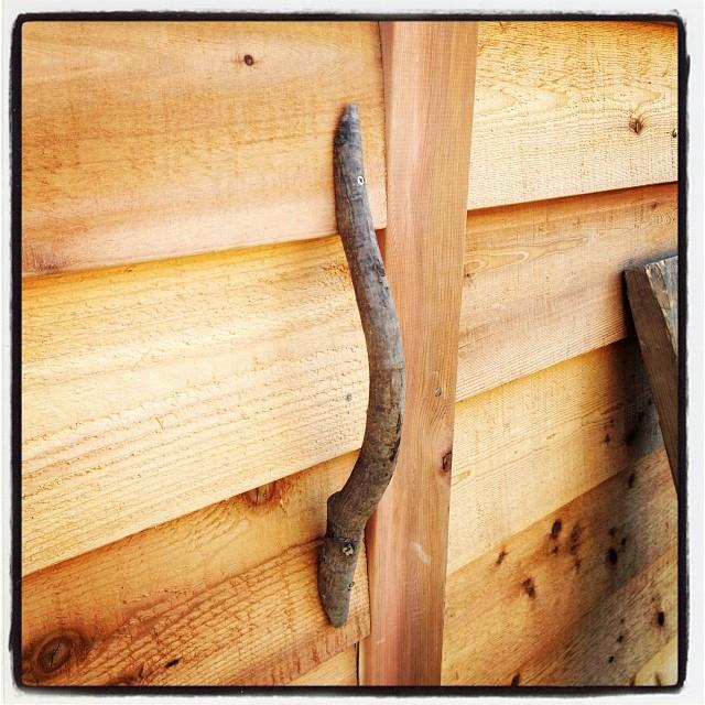 doorknob 勝手口の取手部分には 敷地内に生えていて、伐採したアオダモの いい感じにカーブした部分を加工してみた(^ ^)