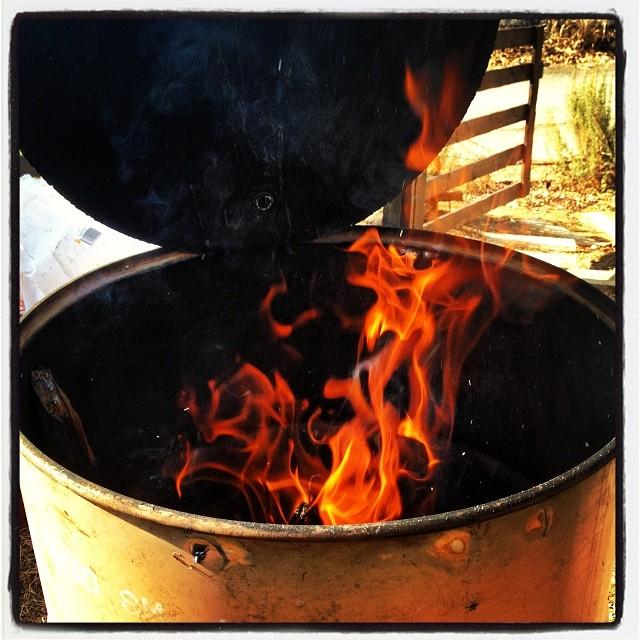 fire up 先日のドラム缶で焚火(^ ^)枯草をどんどん入れたら 一気に燃えあがり なかなかの暖かさ…を通りこし 熱かった^^;