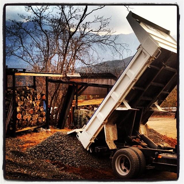 damp 二期工事の作業中の現場から ダンプを借りて 砕石屋さんへ買いに行きました(^ ^)初めてダンプの荷台の上げ方を知りました!