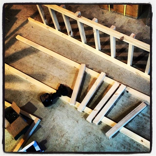 rung of a ladder 作っているのはハシゴ…ではなく 大型の燻製機(^ ^) 身長よりもデカイ燻製機が出来そうです。後はうまく煙がまわり 温度管理がうまくできるかどうかは 実際にテストしてみないと(^ ^)