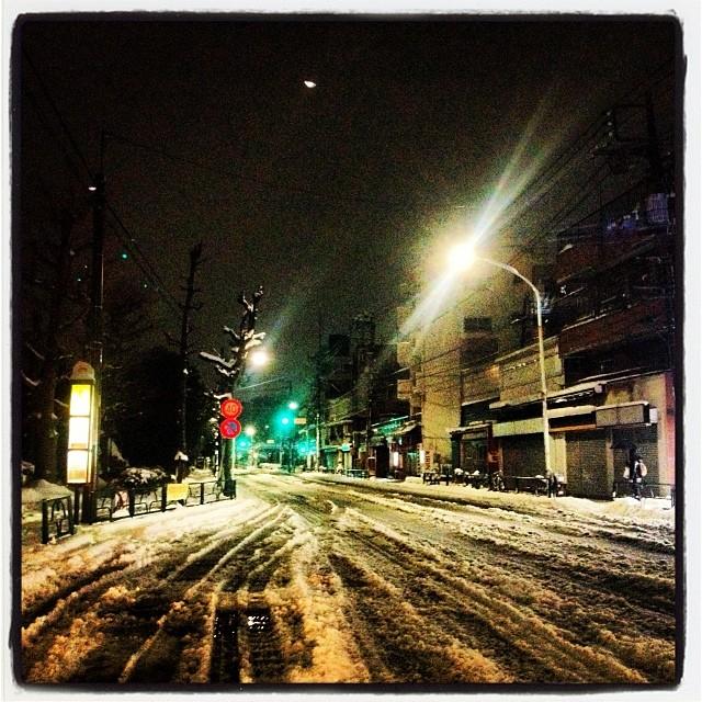 frozen street 今夜は 大雪のため少し早めに店じまいさせていただきましたm(._.)mいつもはバイク移動なのですが 流石に厳しい…なので車て出動(^ ^) 普段から 山梨との往復をしているので タイヤはスタッドレス。行きはスイスイ あっという間に到着 しかし 停めてた駐車場で方向転換しようとしたところで余りの雪の深さにスタック^^;…持っててよかった ブルーシート! 帰り道 道路はアイスバーン状態のうえ 前を走るセダンはノーマルタイヤで怖いは遅いは抜くに抜けないは…一日 留守だった駐車場はこんもりしていて 両側の車にぶつけないようバックするのが これまた一苦労でした(^ ^) 明日の朝はもっとコワソウ^^;