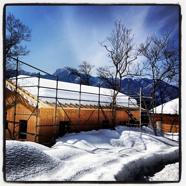It's snowing hard. 記録的な大雪から 一週間が経とうとしていますが 山梨県北杜市にある nagasaka*baseは未だ雪のなか^^; セルフビルドの小屋は トラス構造を採用しているため 丈夫。このぐらいの積雪なら問題ない と知合いの建築士さん(^ ^) ただ 自作した雨樋は 一部仮止めのため どうなっているのか… …雪かきに行きたい^^;