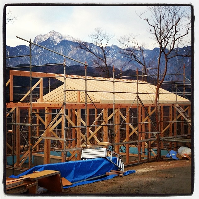 bridging joist 躯体は組み上がり 屋根の根太の施工が(^ ^)今頃は 野地も終わっている頃だろう(^ ^)