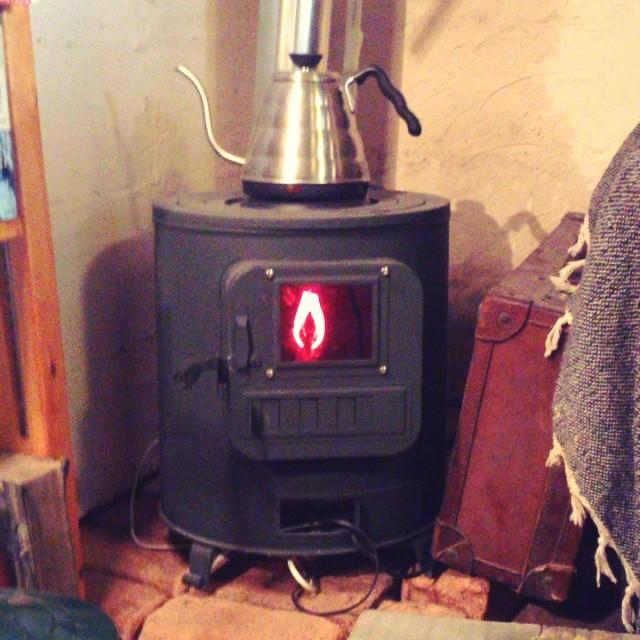 stove shimokitazawa*baseにある薪ストーブは フェイクのため ぜんぜん暖かくありません^^;