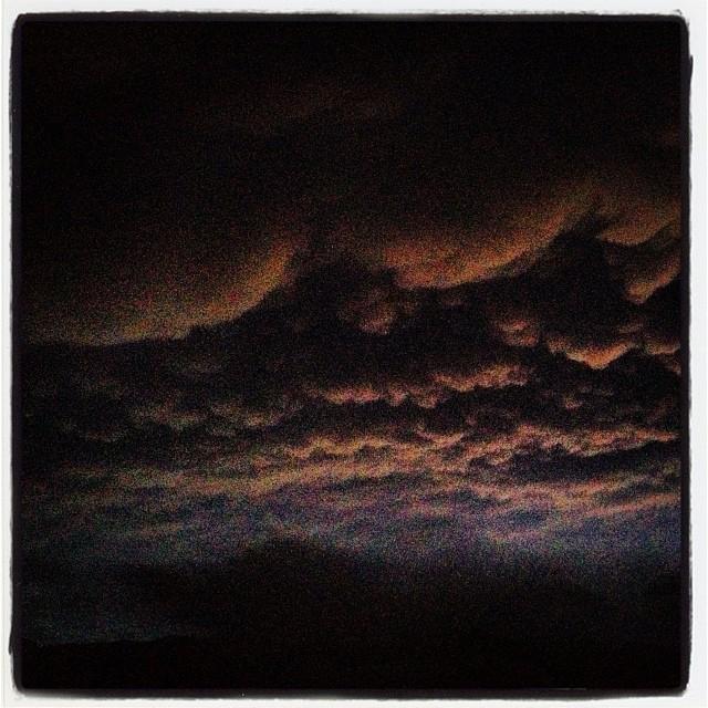 nimbus 夜は雨が強くなる。そんな天気予報だった^^;その通りになった…。 日の入りと雨雲がタイミングよく重なり 何とも言えない不気味な空模様になった^^;