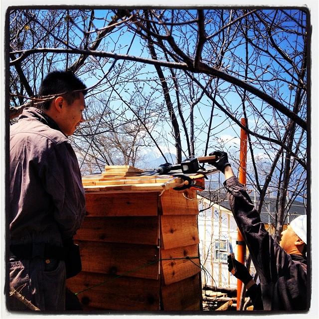 helping 今朝はnagasaka*baseに助っ人^^先日 ランチを食べに行った 白州道の駅近くの 手打ちうどん屋•くろおびや の店主 山崎さんが リゾナーレのパテシエ•小川さんを連れて来てくれました(^ ^) 早速 燻製機の屋根を手伝ってもらった!