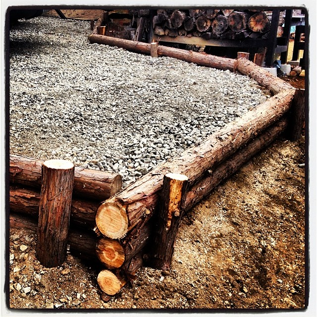 earth retaining works 懸案だった駐車スペースの土留めを施工。間伐のヒノキを有効活用したので 材料費は¥0。代償は 筋肉痛^^;