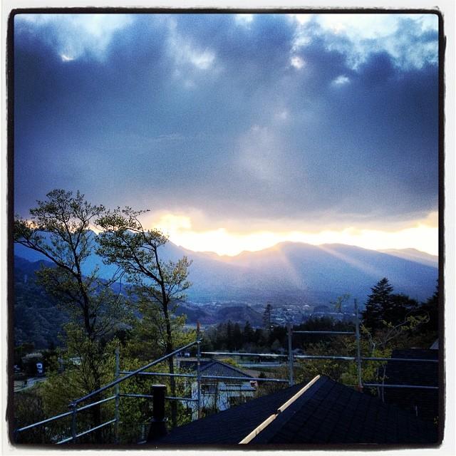 slanting rays of the sun 夕陽が長くのびて 白州からの谷間を照らしてました(^ ^)