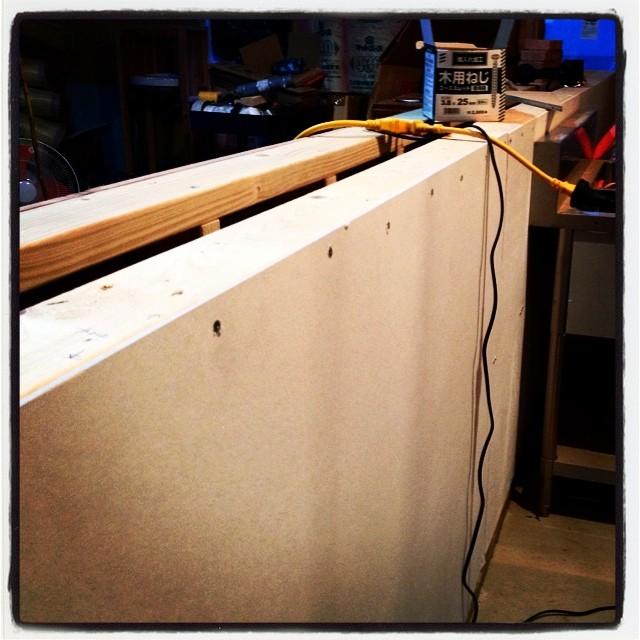 counter カウンターの内側に防火素材のケイカル板を貼り付ける^^ 後はコンセント穴を加工して床に近いところにコーキング処理を!