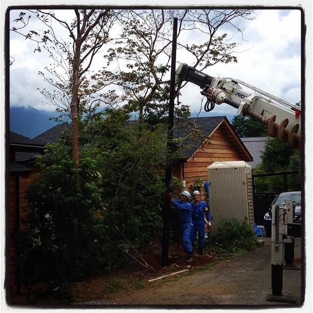 install a utility pole 電線を引くために小柱を建てに来てもらいました^^ 本当は普通の電柱と同じ コンクリートカラーなのですが 今回はダークマローンと言う色に塗ってもらいました^^ 木々の中に建つと チョットは圧迫感がなくなるかも^^ 数千円で電柱の色が指定出来るとは知りませんでした^^