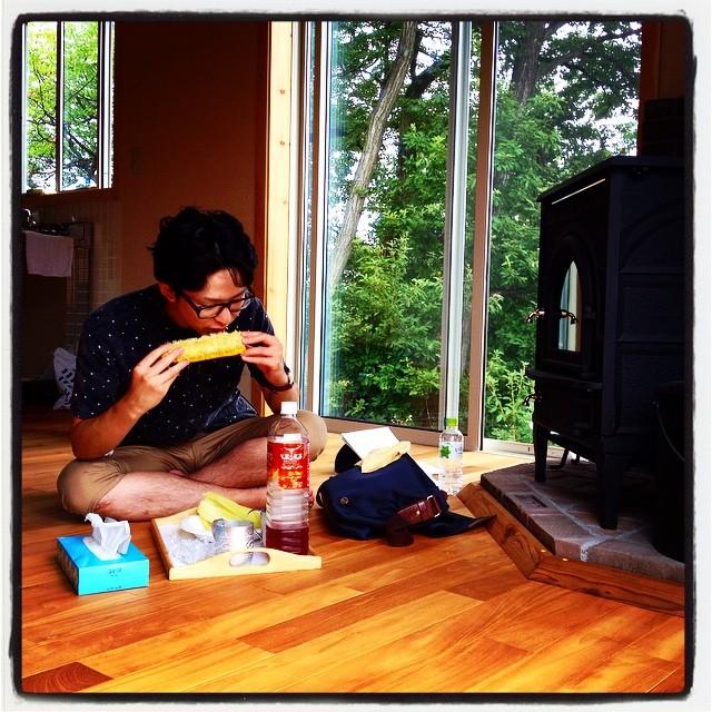 guest 原村にこもっていた 若き数学者をひろって来ました^^ nagasaka*baseの母屋で トウモロコシを食べる^^