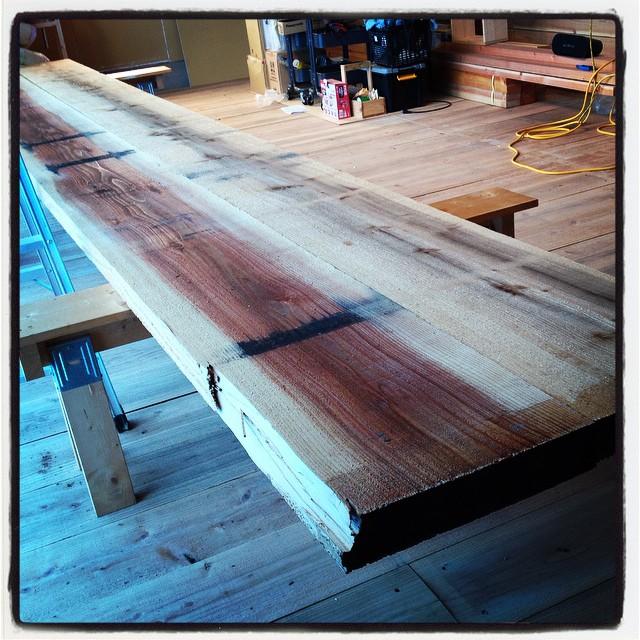 counter 県内さんの杉を 製材屋さんにひいてもらい 乾燥をかけてもらっていたものが上がってきました^^ 厚さ70mm 長さ5400mmで 幅は700mm!と 予想より立派なカウンターになりそう^^ お値段は ちょーリーズナブルでした!