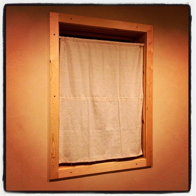 curtain nagasaka*base 母屋の部屋の上げ下げ窓には まだ何の目隠しもなかったので 急遽 100均素材で 臨時カーテンを^^総額¥300で それなりにいい感じに^^;
