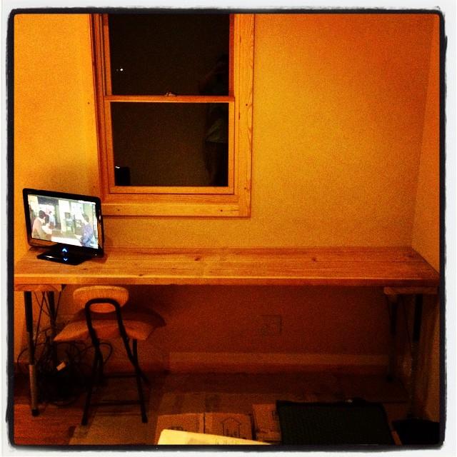 desk 作業用のデスクを 足場板で作ってみた^^ なぜか自然とラフな感じに仕上がった^^; ここの雰囲気とはあっているので まあいいか^^